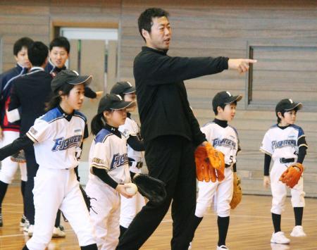 野球教室で子どもたちに指導する、昨季までカブスに所属した上原浩治投手=20日、福島市
