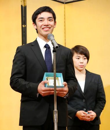 日本体操協会の最優秀選手に選ばれ、喜びを語る白井健三。奥は村上茉愛=20日、東京都港区