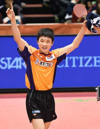 卓球全日本選手権の男子シングルスで史上最年少優勝し、喜ぶ張本智和選手=21日、東京体育館