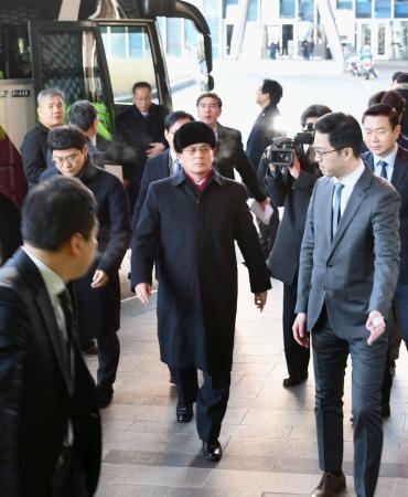 視察のためソウル市内のホテルを訪れた北朝鮮のユン・ヨンボク体育省副局長(中央)ら=27日(共同)