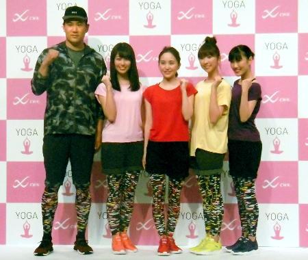 アイドルグループ「ももいろクローバーZ」のメンバーとともにイベントに参加したヤンキースの田中(左端)=27日、東京都内