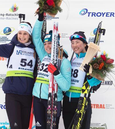 女子7・5キロスプリントで3位に入り、セレモニーで笑顔の立崎芙由子(右)=バルリダンナ(共同)