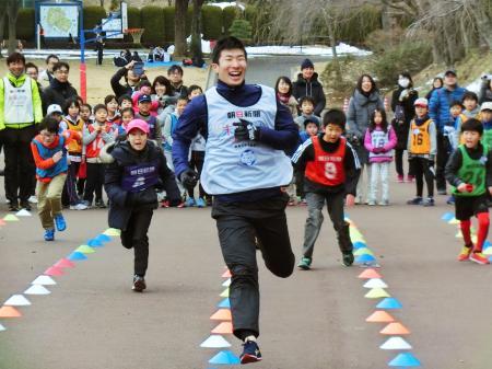 「かけっこ教室」で小学生と走る陸上男子の桐生祥秀=28日、横浜市青葉区
