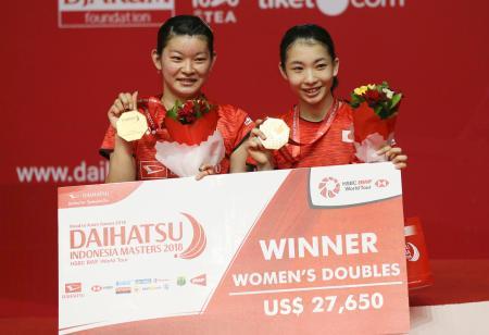 バドミントンのインドネシア・マスターズ女子ダブルスで優勝し、金メダルを掲げる高橋礼華(左)と松友美佐紀=28日、ジャカルタ(AP=共同)