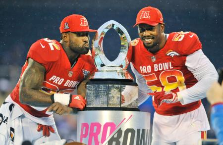NFLのオールスター戦、プロボウルで最優秀選手に選ばれたウォーカー(左)とミラー=オーランド(AP=共同)