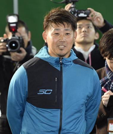 中日に入団が決まり、笑顔で取材に応じる松坂大輔投手=1月23日午後、ナゴヤ球場