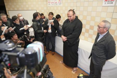 大砂嵐関(右から2人目)が長野県内で追突事故を起こしたとして県警の捜査を受けている問題で、報道対応する長谷一雄弁護士(右端)=21日夜、東京・両国国技館