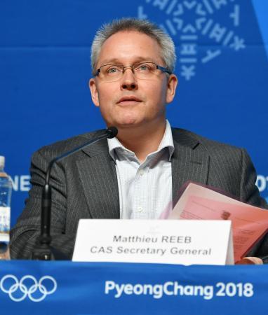 ロシア選手のドーピング違反問題についての裁定を発表する、スポーツ仲裁裁判所のマシュー・リーブ事務局長=1日、韓国・平昌(共同)