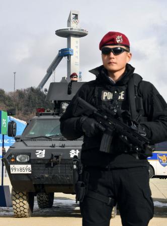 平昌冬季五輪の会場周辺で警備に当たる警察の特殊部隊=2日、韓国・平昌(共同)