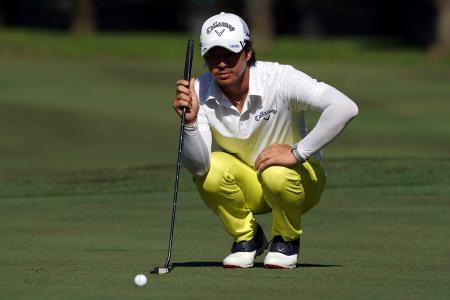 欧州ゴルフのメイバンク選手権第3日、グリーン上でラインを読む石川遼=3日、クアラルンプール(ゲッティ=共同)