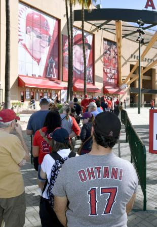 公式戦のチケットを求め、大谷のシャツを着て窓口前に並ぶファン=3日、アナハイムのエンゼルスタジアム(共同)