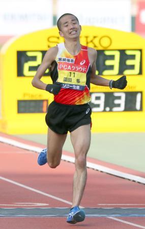 2時間9分34秒で日本勢トップの2位でゴールする園田隼=大分市営陸上競技場