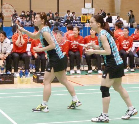 女子ダブルスで勝利した日本ユニシスの高橋礼(左)、松友組=墨田区総合体育館