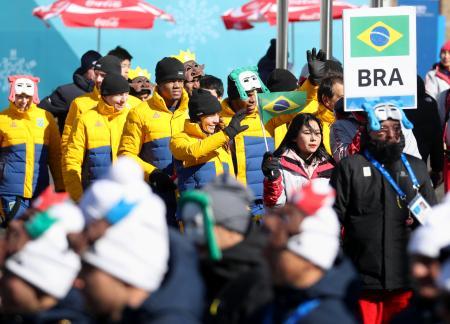 平昌冬季五輪の選手村で行われた最初の入村式。ブラジル代表らが笑顔で入場した=5日、韓国・平昌(共同)