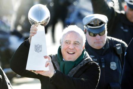 ファンに向かってスーパーボウル優勝のトロフィーを掲げるNFLイーグルスのルーリー・オーナー=フィラデルフィア(AP=共同)