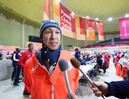平昌冬季五輪の選手村の食堂で記者の質問に答えるジャンプの葛西紀明=6日、韓国・平昌(共同)