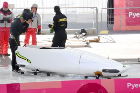 ラトビア製のそりで公式練習に臨んだボブスレー女子2人乗りのジャマイカ代表=平昌(共同)