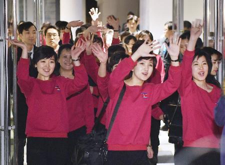 7日、韓国・江陵で公演会場を出る際、待ち受けた人たちに手を振る北朝鮮の「三池淵管弦楽団」の団員ら(共同)