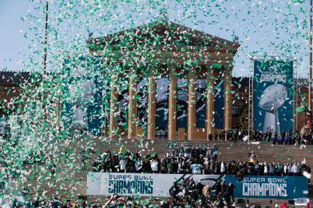 イーグルスの優勝パレードで最後を飾る紙吹雪=フィラデルフィア(AP=共同)