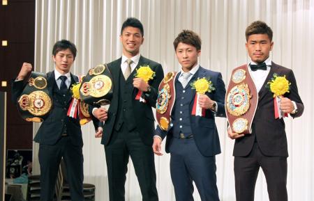 ボクシングの2017年プロ優秀選手が発表され、記念撮影する(左から)田口良一、村田諒太、井上尚弥、木村翔=9日、東京都内のホテル