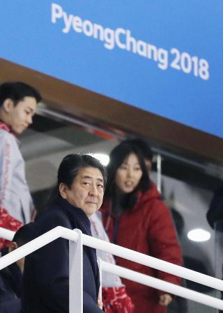 アイスホッケー女子の日本―スウェーデン戦の観戦を終え、会場を後にする安倍首相=10日、韓国・江陵(共同)