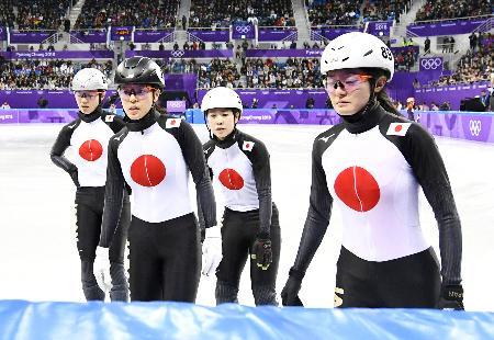 女子3000メートルリレー予選 決勝進出を逃し、引き揚げる(右から)菊池悠、斎藤、菊池純、伊藤=江陵(共同)