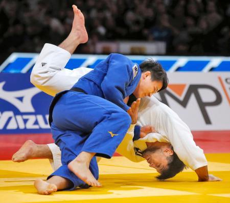 男子90キロ級で優勝した向翔一郎(左)=パリ(AP=共同)
