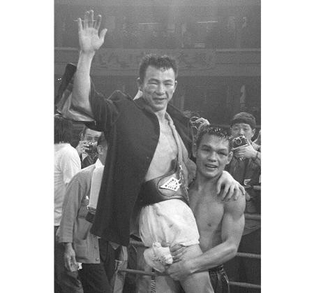 ボクシング世界フライ級チャンピオン大場政夫は、タイのチャチャイ・チオノイ(右)に逆転KO勝ちして5度目の防衛=1973年1月2日