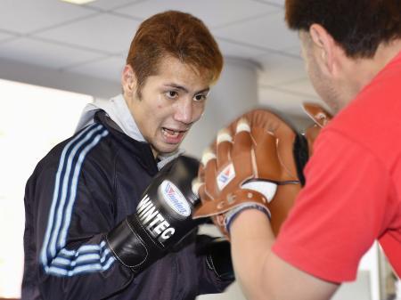 世界初挑戦に向け、調整するWBAスーパーバンタム級の松本亮=横浜市内のジム