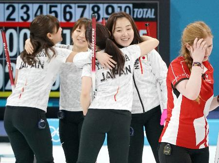 デンマークに快勝し、抱き合って喜ぶ(左から)吉田知、鈴木、吉田夕、藤沢=江陵(共同)