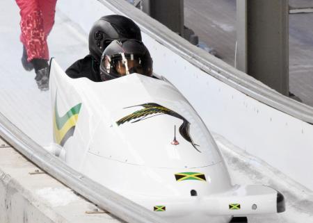 ラトビア製のそりを使い、公式練習するボブスレー女子2人乗りのジャマイカ代表=平昌(共同)