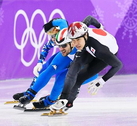 男子1000メートル順位決定戦 滑走する坂爪亮介(右)=江陵(共同)