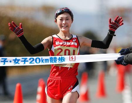 女子で1時間32分22秒で4連覇した岡田久美子=神戸市