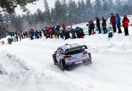 世界ラリー選手権(WRC)第2戦、ラリー・スウェーデンで今季初勝利、通算7勝目を挙げたティエリ・ヌービル(ベルギー、現代)=18日、トーシュビュー(AP=共同)