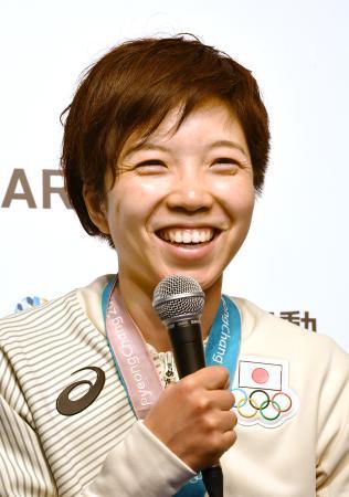 平昌冬季五輪スピードスケート女子500メートルでの金メダル獲得から一夜明け、笑顔で記者会見する小平奈緒選手=19日、韓国・平昌(共同)