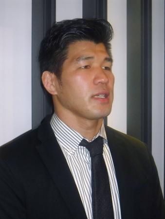 柔道のグランドスラム・デュッセルドルフ大会へ出発前に、取材に応じる男子日本代表の井上康生監督=19日、成田空港
