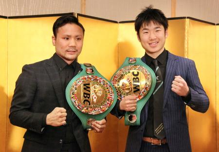 3度目の防衛戦を発表した比嘉大吾(左)と拳四朗=19日、東京都内のホテル