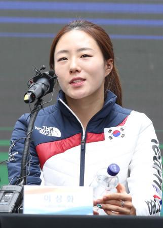 平昌冬季五輪のスピードスケート女子500メートルで銀メダルを獲得し、記者会見する韓国の李相花選手=19日、韓国・江陵(聯合=共同)