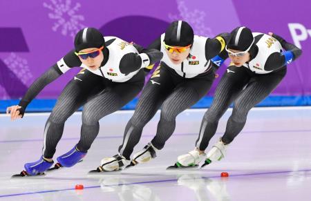 女子団体追い抜き1回戦 滑走する(左から)高木美、佐藤、高木菜=江陵(共同)