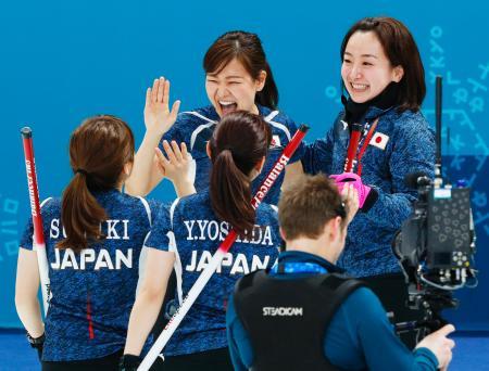 スウェーデンに競り勝ち、喜ぶ吉田知(奥左)、藤沢(同右)ら日本=江陵(共同)