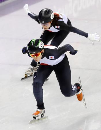 女子3000メートルリレー5~8位決定戦 菊池純(上)からタッチを受けスタートする神長=江陵(共同)