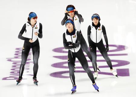 練習に臨むスピードスケート女子団体追い抜きの高木美(手前)と(奥左から)菊池、佐藤、高木菜=江陵(共同)