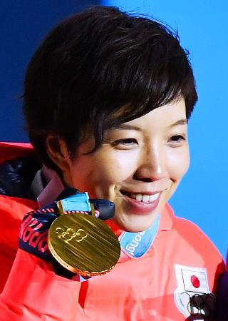 平昌冬季五輪スピードスケート女子500メートルの金メダルを手に笑顔の小平奈緒=20日、韓国・平昌(共同)