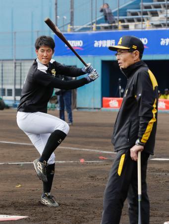 打撃練習で王会長から指導を受けるソフトバンク・上林=宮崎