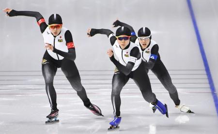 平昌冬季五輪のスピードスケート女子団体追い抜き準決勝で滑走する(左から)菊池、高木美、高木菜。カナダに勝ち、銀メダル以上が確定=21日、韓国・江陵(共同)