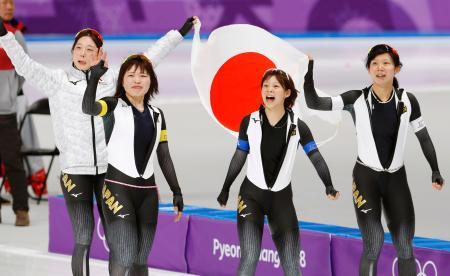 スピードスケート女子団体追い抜きで金メダルを獲得し、喜ぶ(左から)菊池、佐藤、高木菜、高木美=江陵(共同)