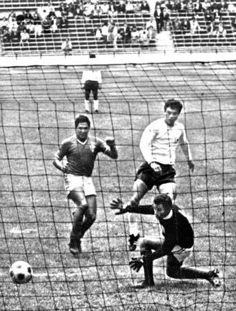 メキシコ五輪サッカー3位決定戦で、先制点を挙げた釜本邦茂(後方右)=1968年10月24日、アステカ競技場(共同)