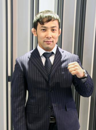 欧州への出発前に、写真撮影に応じる柔道男子の高藤直寿=22日、成田空港