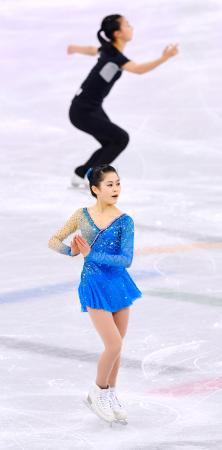 フィギュアスケート女子フリーに向け、公式練習で調整する宮原知子。上は坂本花織=江陵(共同)