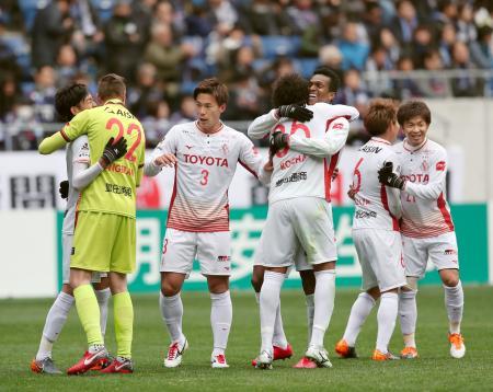 G大阪に競り勝ち、抱き合って喜ぶジョー(右から3人目)ら名古屋の選手たち=パナスタ